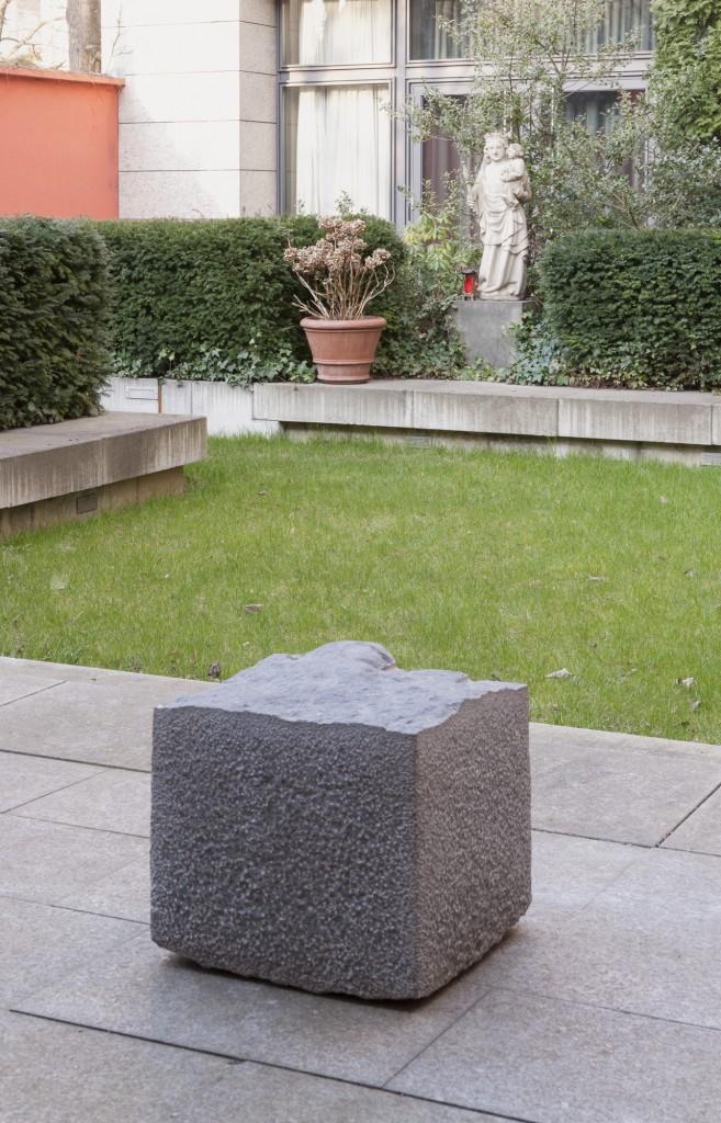Ausstellungsansicht 'Prozession, Performance und Licht' St. Thomas von Aquin: Doris Schälling/ Jörg Enderle Et voilà !, 2001, Courtesy Schälling/ Enderle, Foto © Marcus Schneider