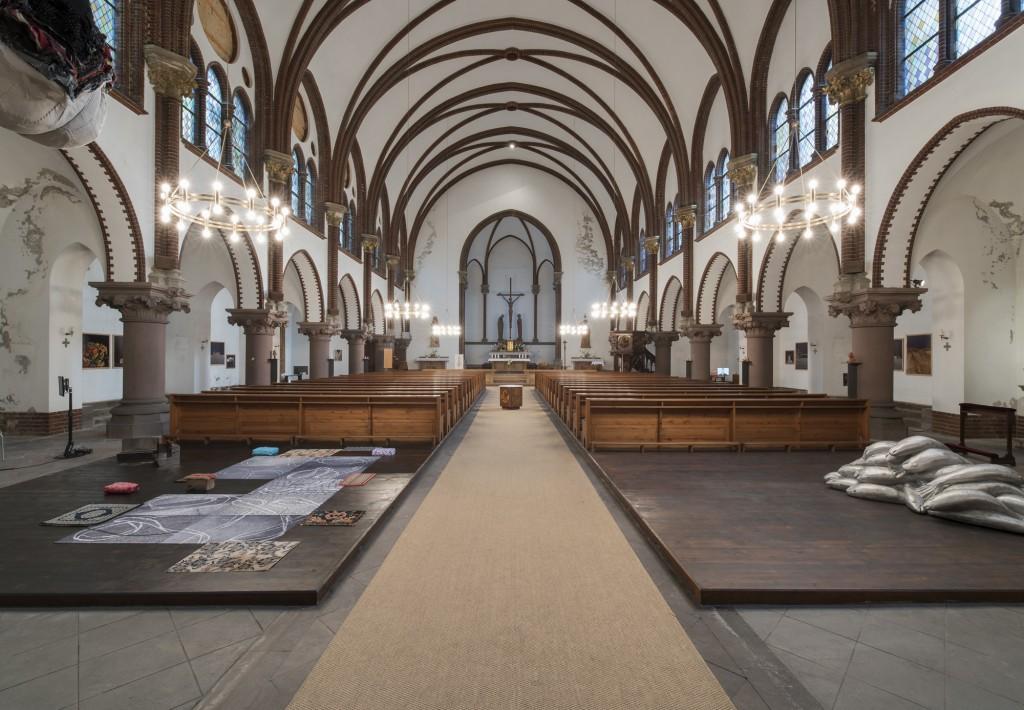 Ausstellungsansicht St. Pius, Peter Riek, Schleifen, 2016 und Carl Emanuel Wolff, Fische, 2013, Courtesy Artists, Foto Marcus Schneider