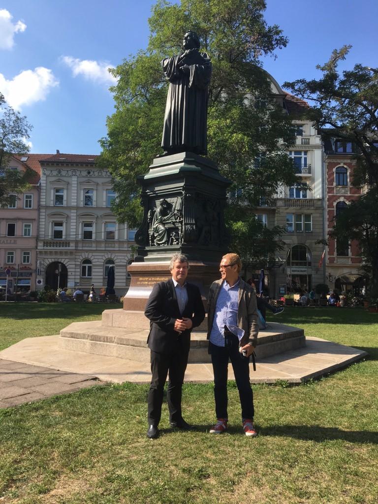 Tatzu Nishi und Johannes Sparsbrod vor dem Luther-Denkmal
