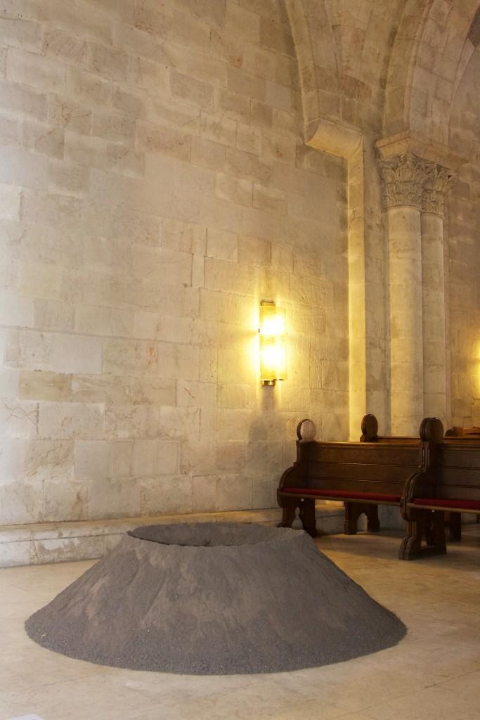 Ausstellungsansicht Erlöserkirche Jerusalem, Micha Ullman, Vulkan, 2012, Courtesy Artist, Foto Hans Walter