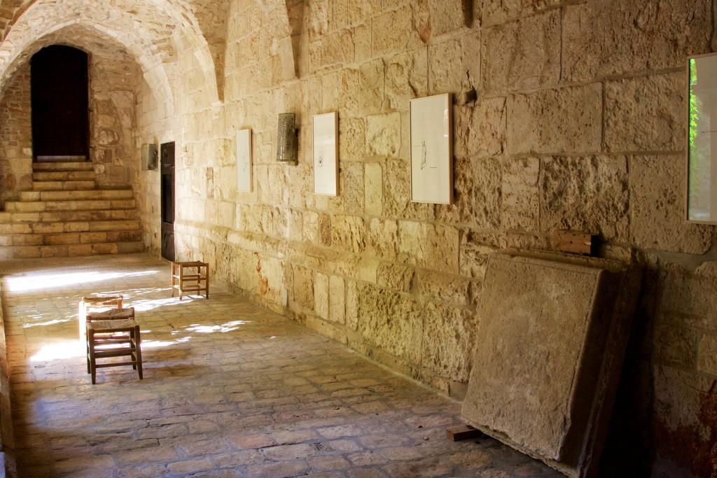 Austellungsansicht Erlöserkirche Jerusalem, Blick in den Kreuzgang, Brigitte Waldach, 10 Comandments, 2014 Courtesy Artist, Foto Hans Walter